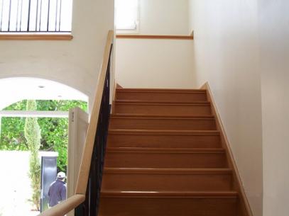 Pisos de madera escaleras decks y pergolas pulidos e for Tipos de pisos para escaleras